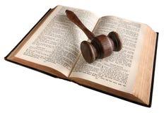Hammer eines hölzernen Richters auf einer Bibel 1882. Lizenzfreies Stockfoto