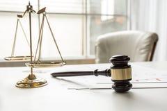 Hammer in Gerichtssaalarbeitsbüro des Rechtsanwalts Stockfotos