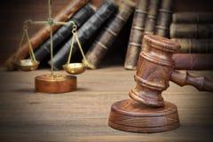 Hammer, Gesetzbuch und Skalen Jydjes von Gerechtigkeit Closeup lizenzfreies stockfoto