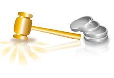 Hammer, goldener Hammer und Münzen Stockfoto