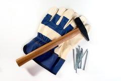 Hammer, Handschuhe und Nägel Lizenzfreie Stockfotografie
