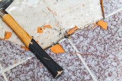 Hammer liegt auf dem Boden ohne Fliesen Lizenzfreie Stockfotografie