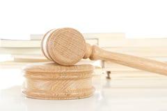Hammer mit Gesetzbüchern stockfotos