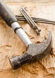 Hammer mit Nägeln Stockbilder