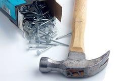 Hammer mit Nägeln Lizenzfreies Stockfoto