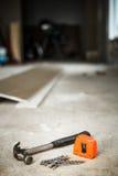 Hammer, Nägel und orange messendes Band Lizenzfreie Stockbilder