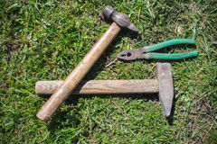 Hammer and pliers on grass Stock Photography