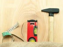 Hammer-Skalen und Maß auf dem Tisch Stockfotos