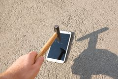 Hammer smashing the screen of a smartphone Royalty Free Stock Photos