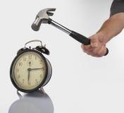 Hammer und Alarmuhr stockfoto