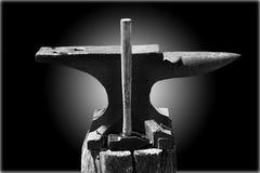 Hammer und Amboss auf Blau Stockfotografie