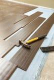 Hammer und Block mit neuem lamellenförmig angeordnetem Bodenbelag Lizenzfreies Stockbild