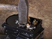Hammer und brennende Festplatten Stockfoto