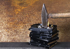 Hammer und brennende Festplatten Stockbilder