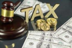 Hammer und cryptocurrency mit hundert Dollarscheinen um es Regierungsverordnungskonzept Steuerzahlung lizenzfreie stockbilder