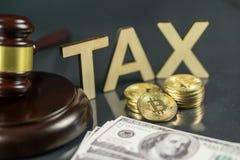 Hammer und cryptocurrency mit hundert Dollarscheinen um es Regierungsverordnungskonzept Steuerzahlung lizenzfreie stockfotografie