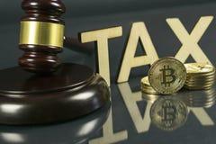 Hammer und cryptocurrency Regierungsverordnungskonzept Steuerzahlung lizenzfreie stockfotografie