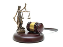 Hammer und die Statue von Gerechtigkeit auf einem weißen Hintergrund Lizenzfreies Stockfoto