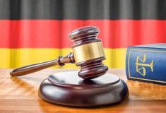 Hammer und ein Gesetzbuch - Deutschland stockbilder