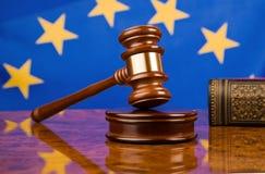 Hammer und EU-Markierungsfahne Stockbild