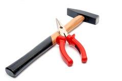 Hammer und flat-nose Zangen getrennt Lizenzfreie Stockfotografie