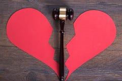 Hammer und Herz im Scheidungskonzept Stockbild
