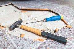 Hammer und Meißel legen auf Boden ohne Fliesen Lizenzfreie Stockbilder