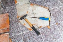 Hammer und Meißel legen auf Boden ohne Fliesen Lizenzfreies Stockbild