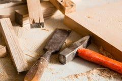 Hammer- und Meißellüge auf einem Werktisch Lizenzfreie Stockfotografie