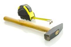 Hammer und messendes Band Stockbilder
