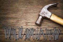 Hammer und Nägel lizenzfreie stockfotografie