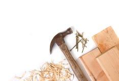 Hammer und Nägel auf einem weißen Hintergrund Stockfotos