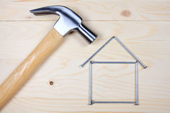 Hammer und Nägel auf hölzernem Hintergrund Lizenzfreie Stockbilder