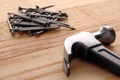 Hammer und Nägel auf hölzernen Planken Lizenzfreie Stockfotografie