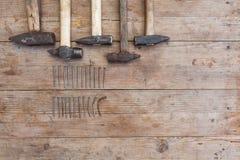 Hammer und Nägel auf Holztisch für Bau, diy, Werkzeuge und Heimwerken stockfoto