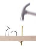 Hammer und Nägel golden Stockbilder