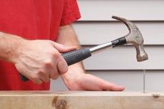 Hammer und Nagel lizenzfreie stockfotos