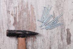 Hammer und Nagel stockbilder