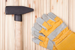 Hammer und Schutzhandschuhe Stockfoto