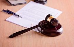 Hammer und Urteil auf Schreibtisch lizenzfreie stockbilder