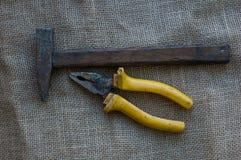Hammer und Zangen Lizenzfreie Stockbilder