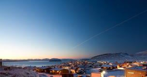 Hammerfest durch Tageszeit während des Winters stockbilder