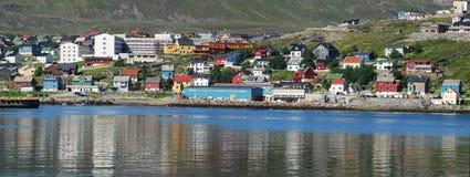 Hammerfest gesehen vom Meer Stockbild