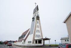 Hammerfest, Norvège - 21 janvier 2010 : église sur le ciel gris architecture et conception modernes Religion et Images stock