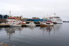 Hammerfest, Norvège - 21 janvier 2010 : les bateaux et les bateaux en mer s'accouplent sur le ciel gris Transport et transport de Photographie stock