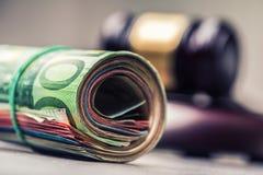 Hammerhammer des Richters Gerechtigkeits- und Eurogeld Fünf, 10 und fünfzig Eurobanknoten Gerichtshammer und gerollte Eurobanknot Stockbilder