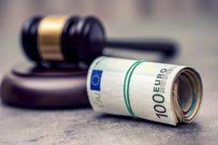Hammerhammer des Richters Gerechtigkeits- und Eurogeld Fünf, 10 und fünfzig Eurobanknoten Gerichtshammer und gerollte Eurobanknot Lizenzfreie Stockfotos