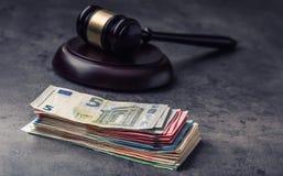 Hammerhammer des Richters Gerechtigkeits- und Eurogeld Fünf, 10 und fünfzig Eurobanknoten Gerichtshammer und gerollte Eurobanknot Stockfotografie