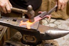铁砧锻工伪造了hammerman铁匠 库存图片