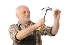 Hammern des älteren Mannes Lizenzfreie Stockbilder